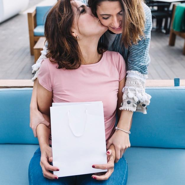 Femme Avec Sac En Papier Baiser Femme Photo gratuit