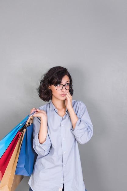 Femme avec des sacs colorés Photo gratuit