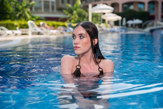 Femme se baigner dans une piscine Photo gratuit