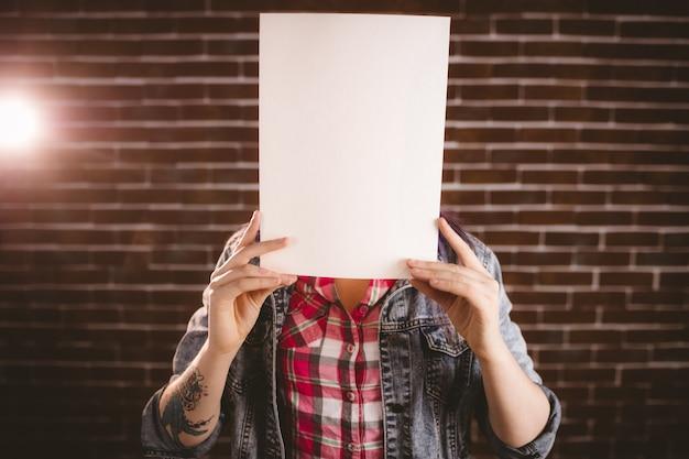 Femme se cachant le visage de la plaque vierge Photo Premium
