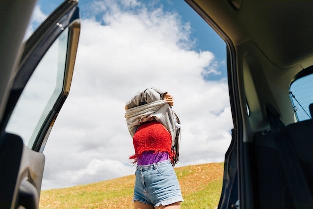 Femme se déshabille en voyage Photo gratuit