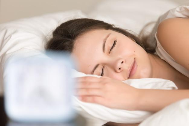 Femme se détendre au lit avant d'aller au travail Photo gratuit