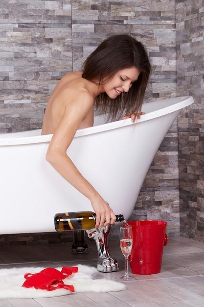 Femme se détendre dans une baignoire Photo Premium
