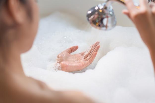 Femme se détendre dans la baignoire Photo Premium