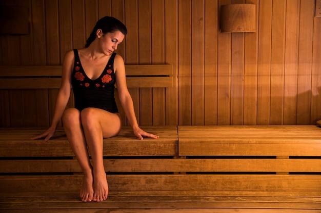 Femme se détendre dans un sauna Photo gratuit
