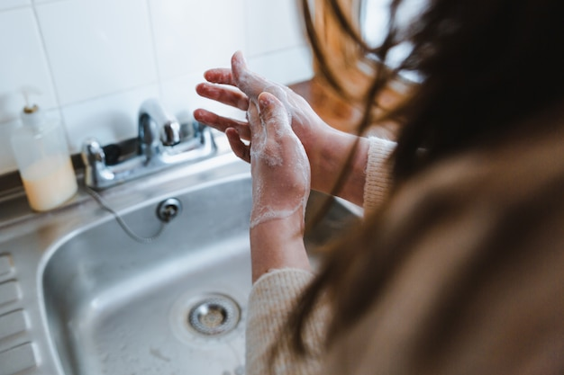 Femme Se Lavant Les Mains Avec Du Savon - Le Concept De Coronavirus Photo gratuit