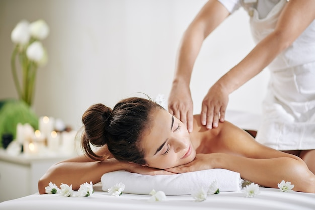 Femme Se Massage Du Dos Photo Premium