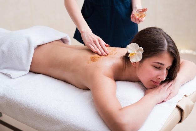 Femme Se Massage Relaxant Au Spa Photo gratuit