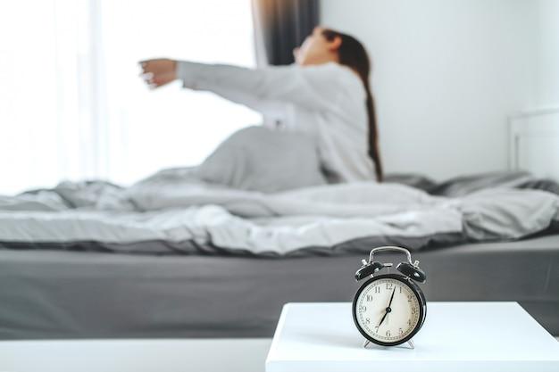 Femme Se Réveillant Le Matin Photo Premium