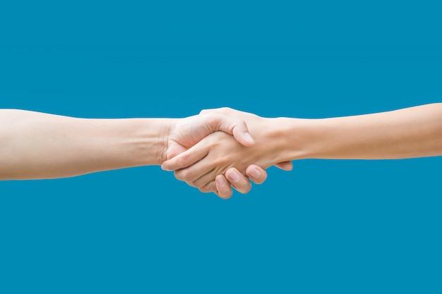 Femme se serrant la main isolée sur bleu Photo Premium