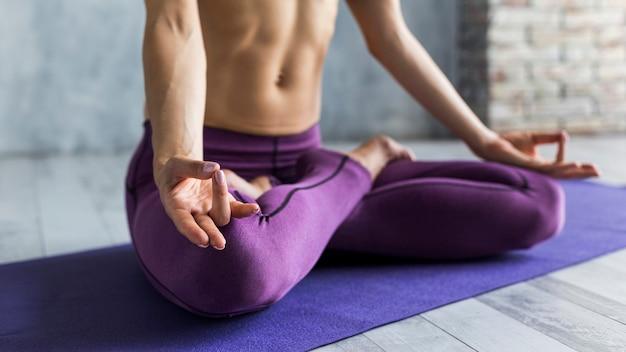 Femme, séance, jambes croisées Photo gratuit