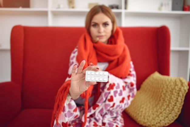 Femme, Séance, Maison, Froid, Prise, Pilules Photo gratuit