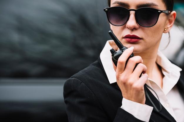 Femme De Sécurité Gros Plan Travaillant Photo gratuit