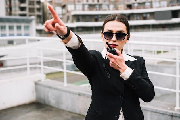 Femme De Sécurité Offrant Un Service Sécurisé Photo gratuit