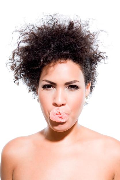 Femme seins nus sexy avec bulle de chewing-gum, portrait en studio Photo Premium