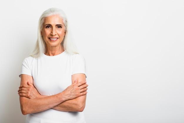 Femme senior en bonne santé avec les bras croisés Photo gratuit