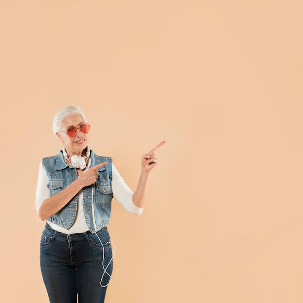 Femme senior cool avec des lunettes de soleil Photo gratuit