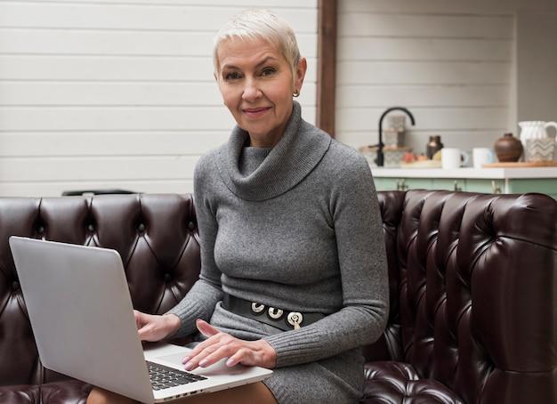 Femme Senior Moderne Aimant La Technologie Photo gratuit