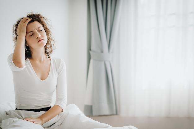 Femme, Sensation, Mal Tête, Après, Réveil Matin Photo Premium