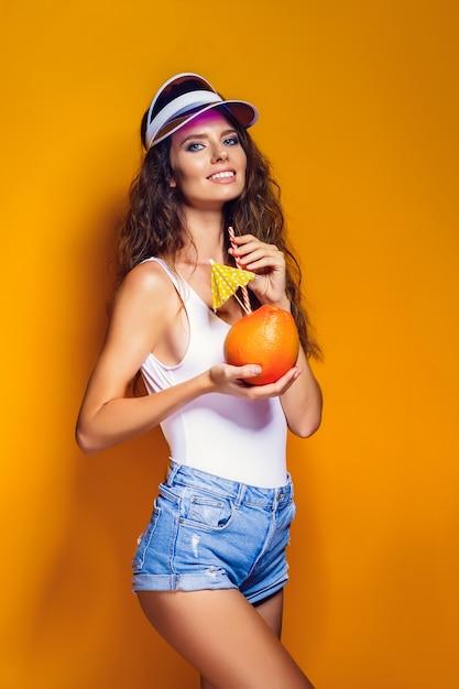 Femme sensuelle aux fruits juteux Photo Premium