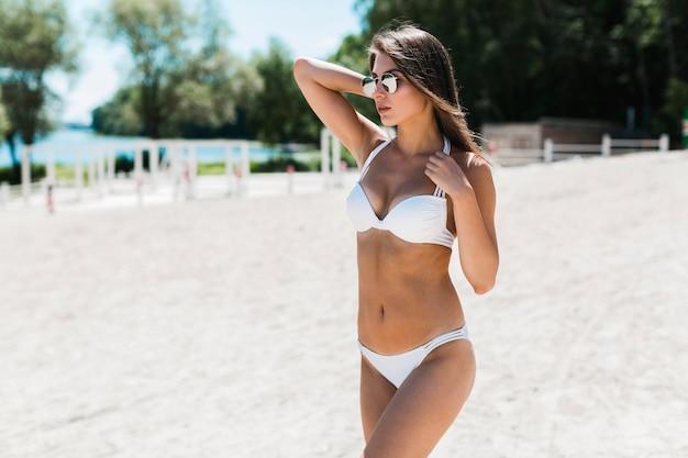 Femme Sensuelle En Bikini à La Recherche Photo gratuit