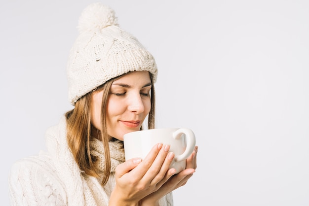 Femme sentant une boisson chaude Photo gratuit