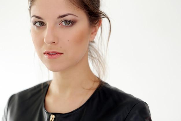 Femme sérieuse sur fond blanc Photo gratuit
