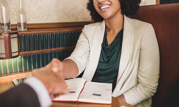 Femme, serrer main, à, partenaire affaires Photo gratuit