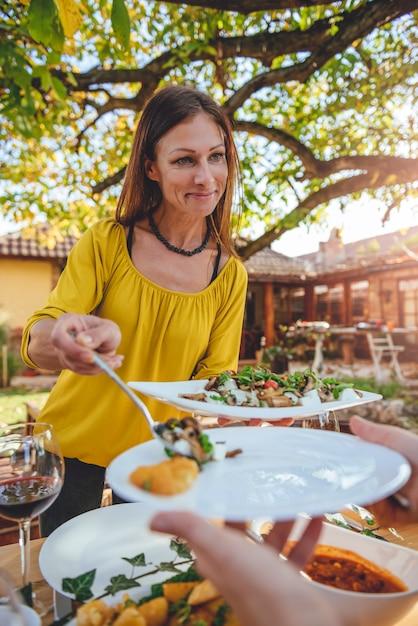 Femme, Servir, Salade Photo Premium