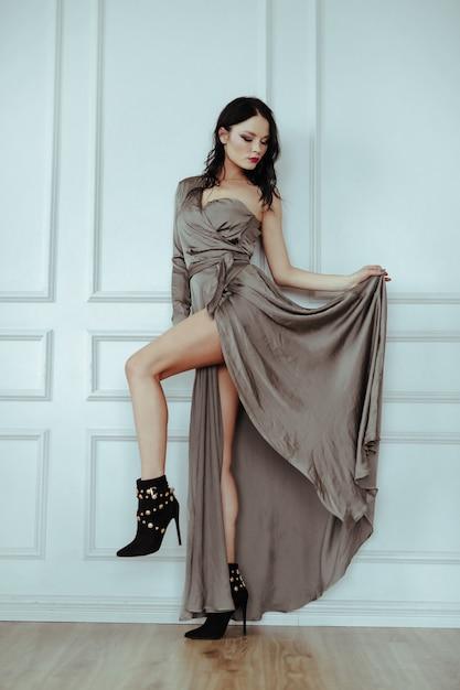 Femme Sexy Dans Une Robe élégante Photo gratuit