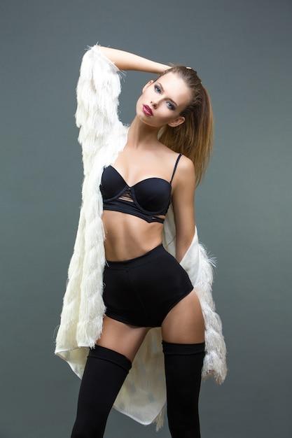 Femme Sexy En Manteau De Fourrure Blanche, Short Taille Haute Noir Et Lingerie Photo Premium