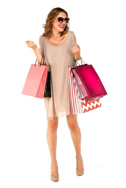 Femme shopper heureux avec des sacs à provisions colorfull sur fond isolé Photo gratuit