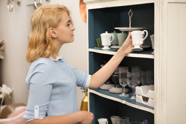 Femme shopping dans un magasin d'articles ménagers Photo Premium