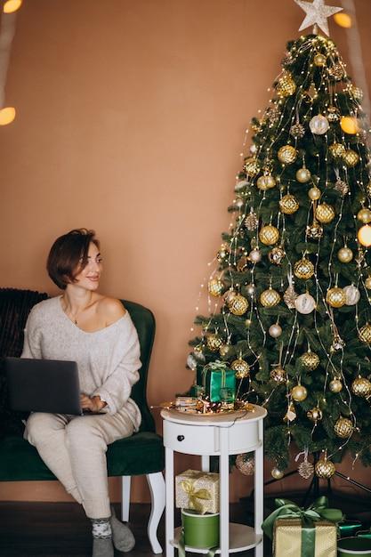 Femme Shopping En Ligne Sur Les Ventes De Noël Photo gratuit