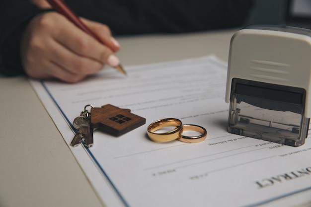 Femme Signant Un Contrat De Mariage, Gros Plan. Photo Premium