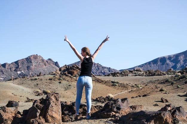 Femme, signe paix, à, mains air Photo gratuit