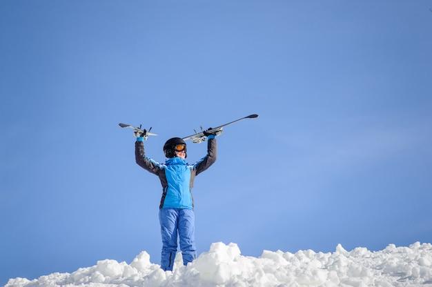Femme skieur au sommet de la montagne. concept de sports d'hiver Photo Premium