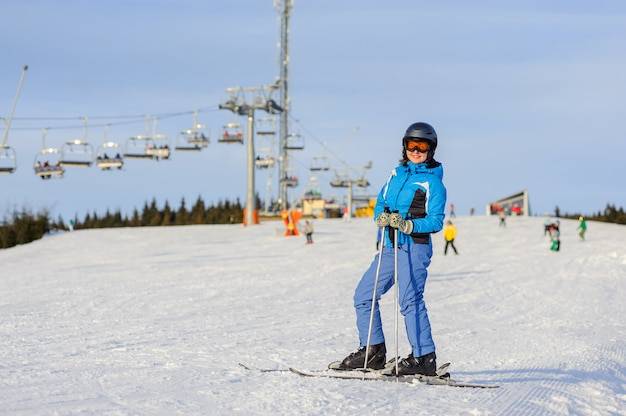Femme, skieur, ski alpin, à, station, ski, contre, téléski Photo Premium