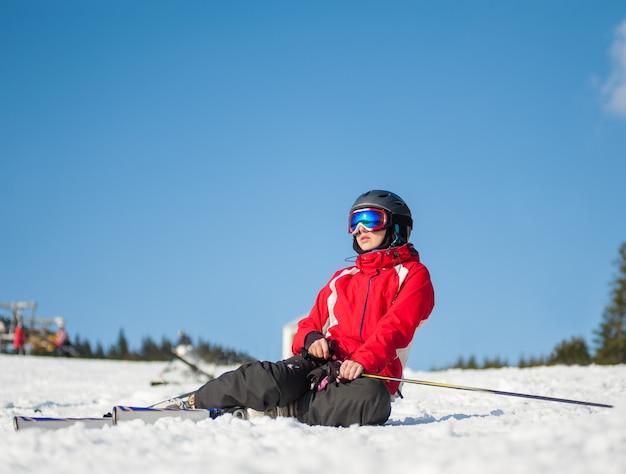 Femme skieur avec ski au winer resort en journée ensoleillée Photo Premium