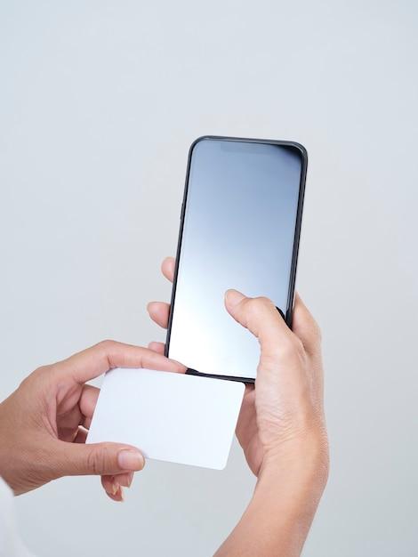 Femme Avec Smartphone Et Carte De Crédit Photo Premium