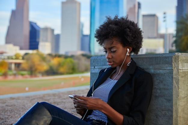 Femme, smartphone, séance, parc Photo Premium