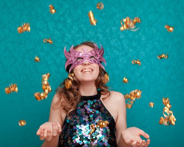 Femme Smiley Avec Masque Et Rubans De Pluie Photo gratuit
