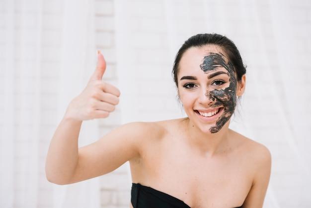 Femme avec un soin du visage Photo gratuit