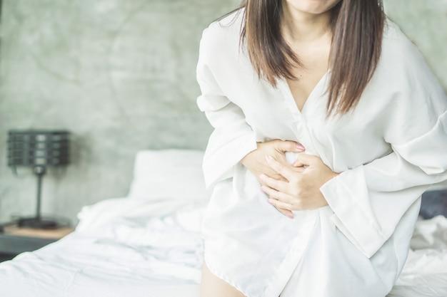 Femme Souffrant De Douleurs à L'estomac Pendant La Période Photo Premium