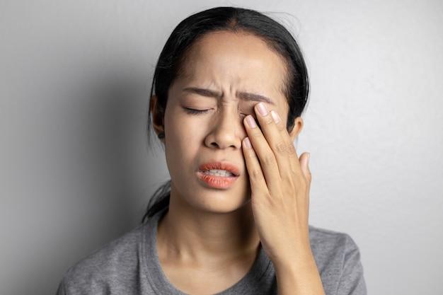 Femme Souffrant De Fortes Douleurs Oculaires. Photo Premium