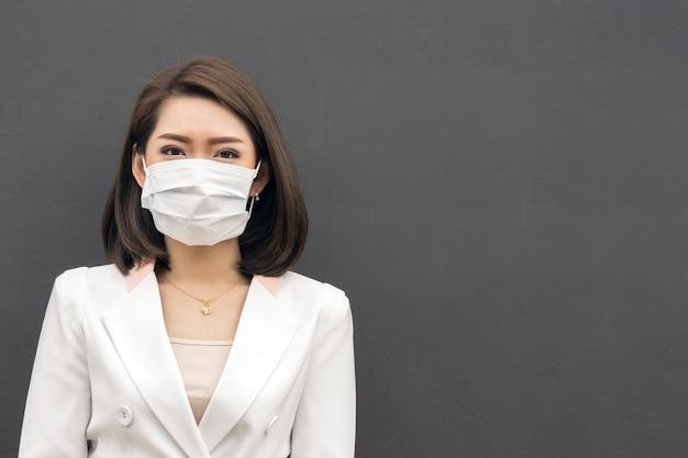 Femme, souffrir, malade, porter, masque, femme asiatique, dans, masque protecteur, sentir mal Photo Premium