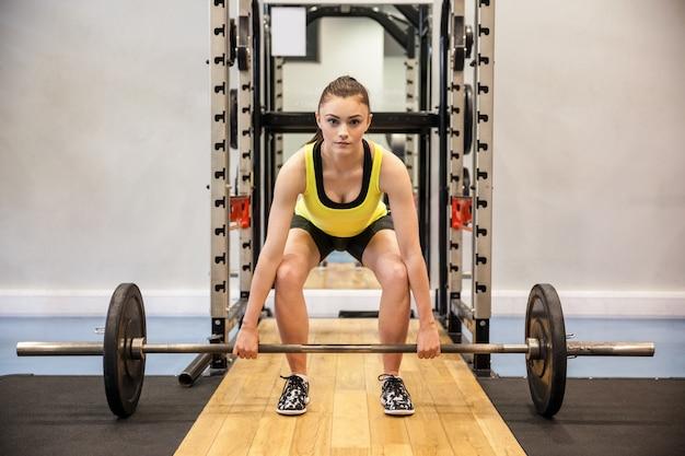 Femme soulevant des haltères et des poids Photo Premium
