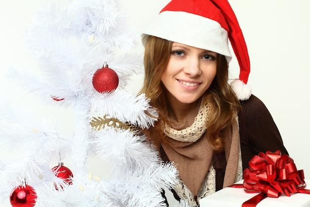 Femme Souriante Avec Arbre De Noël - Noël Photo Premium