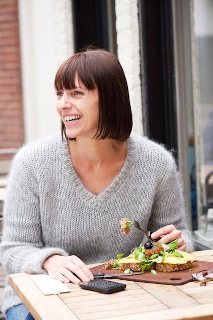 Femme Souriante, Assis à Table, Manger De La Nourriture ...