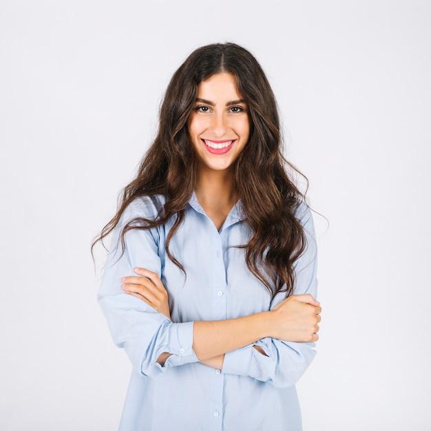 Femme souriante avec les bras croisés Photo gratuit